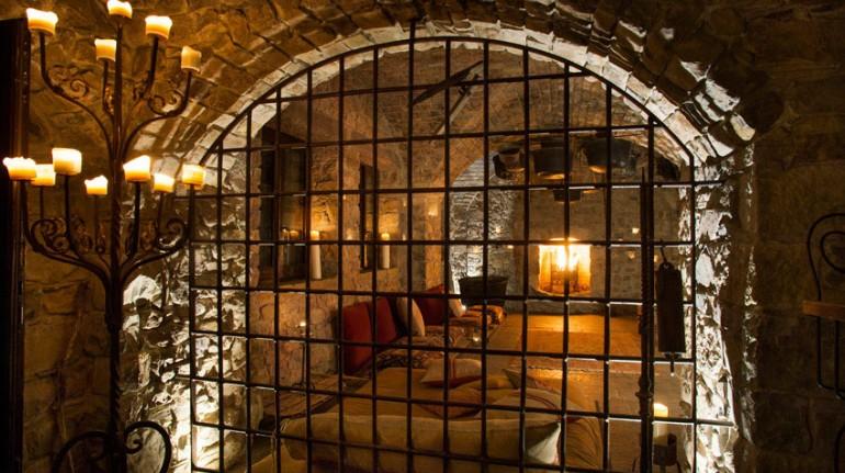 dietro ad una grata, si vede la cella adibita a stanza singola nell'hotel eremito (Orvieto, TR)