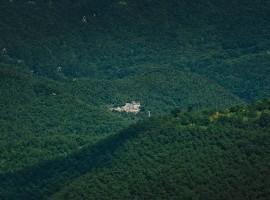 in mezzo alle colline boscose, si intravede l'Eremito Hotelito del Alma (Orvieto, TR)