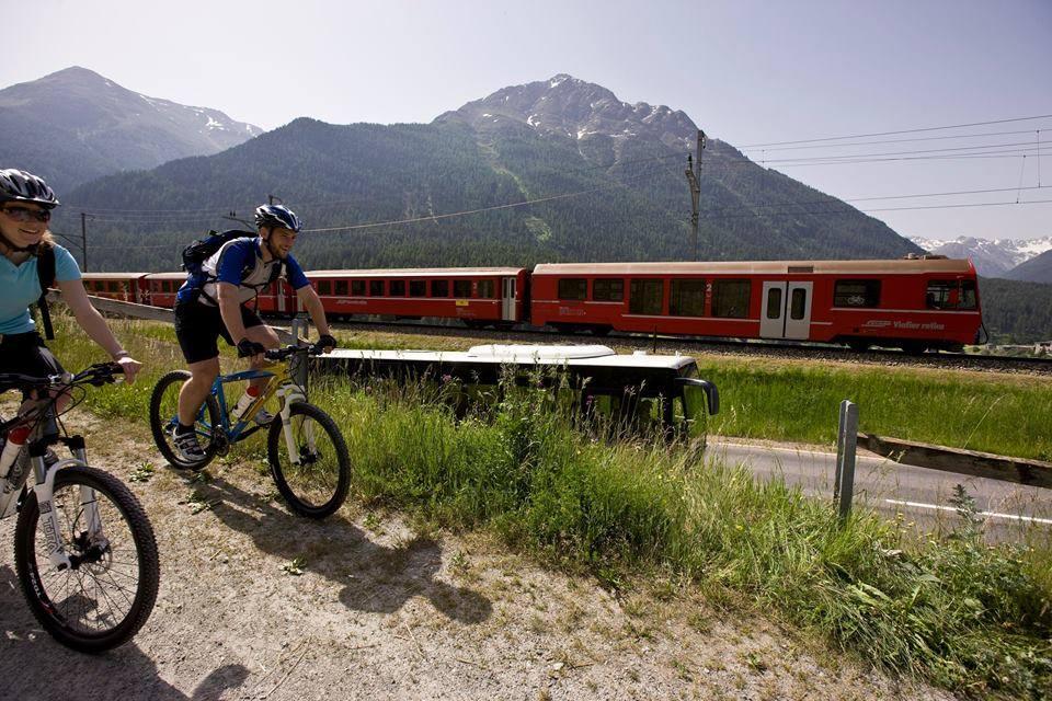 Pedalare seguendo la scia del Bernina Express, in Svizzera,