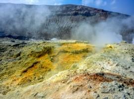 le fumarole emettono dei vapori solforosi all'interno del cratere di un vulcano