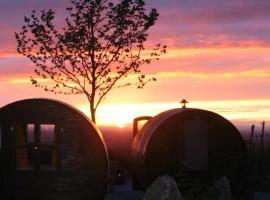 le botti adibite a stanze, sullo sfondo il sole che tramonta