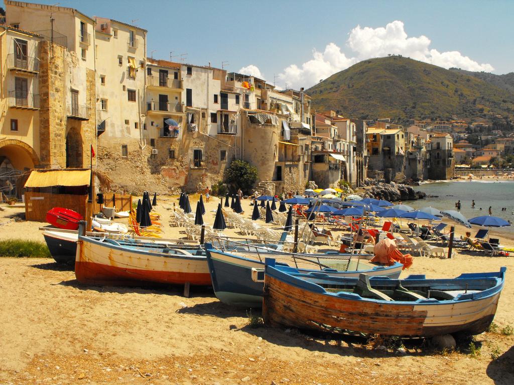 Comune virtuoso di Cefalù: barche dei pescatori sulla spiaggia e mare