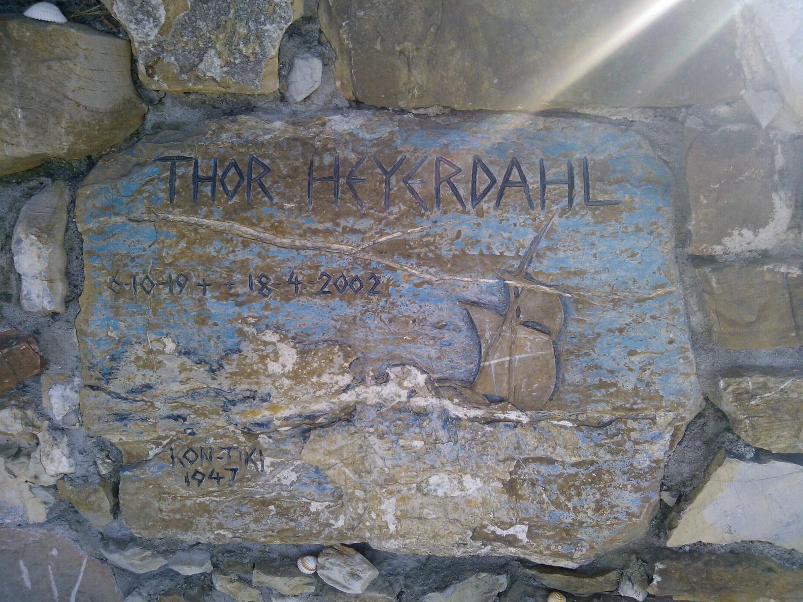 una piastrella incisa reca il nome di Thor Heyerdahl, la data di nascita e di morte, e un veliero a ricordare le sue imprese (Colla Micheri. SV)
