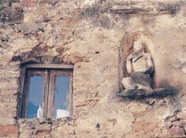 Statua di una satiro nella nicchia di un muro (Bussana Vecchia, IM)
