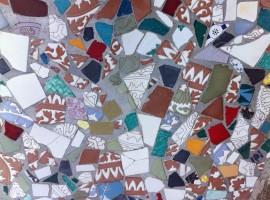 piastrelle colorate della pavimentazione esterna di villa Jorn (Albisola, SV)