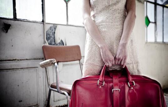Ragazza con valigia