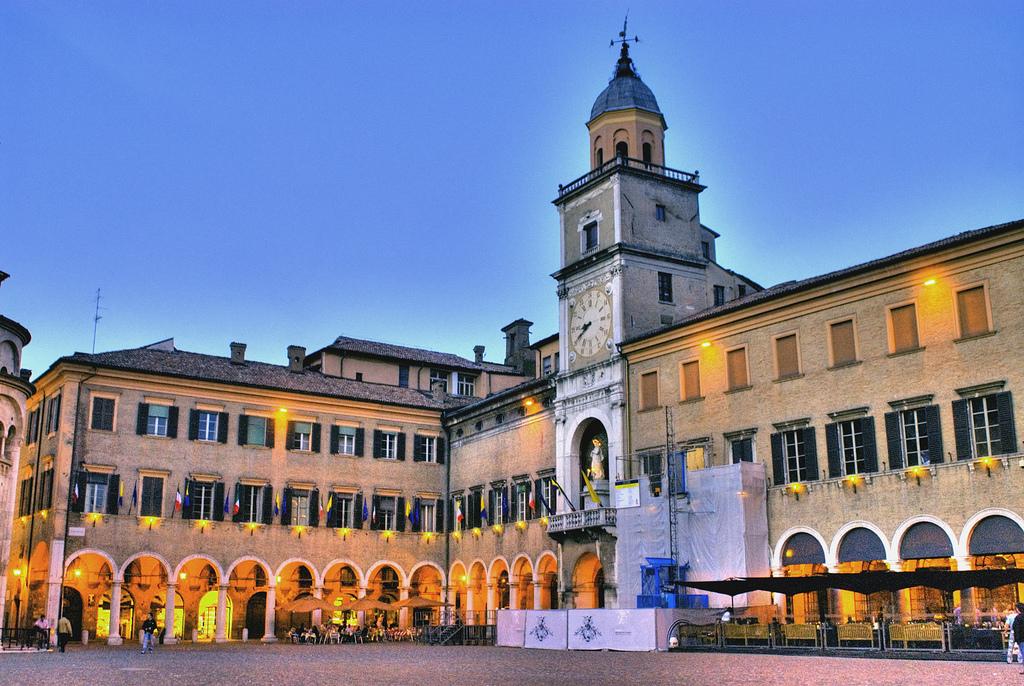 Modena con le luci della sera