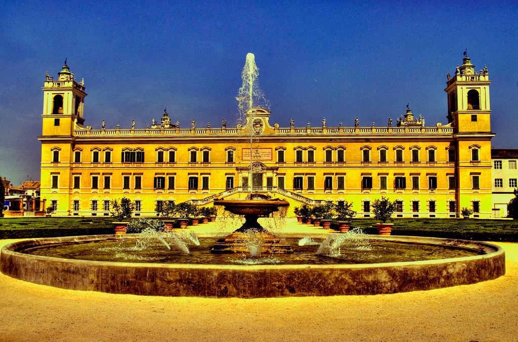 La reggia di Colorno con il suo giardino e la fontana, provincia di Parma