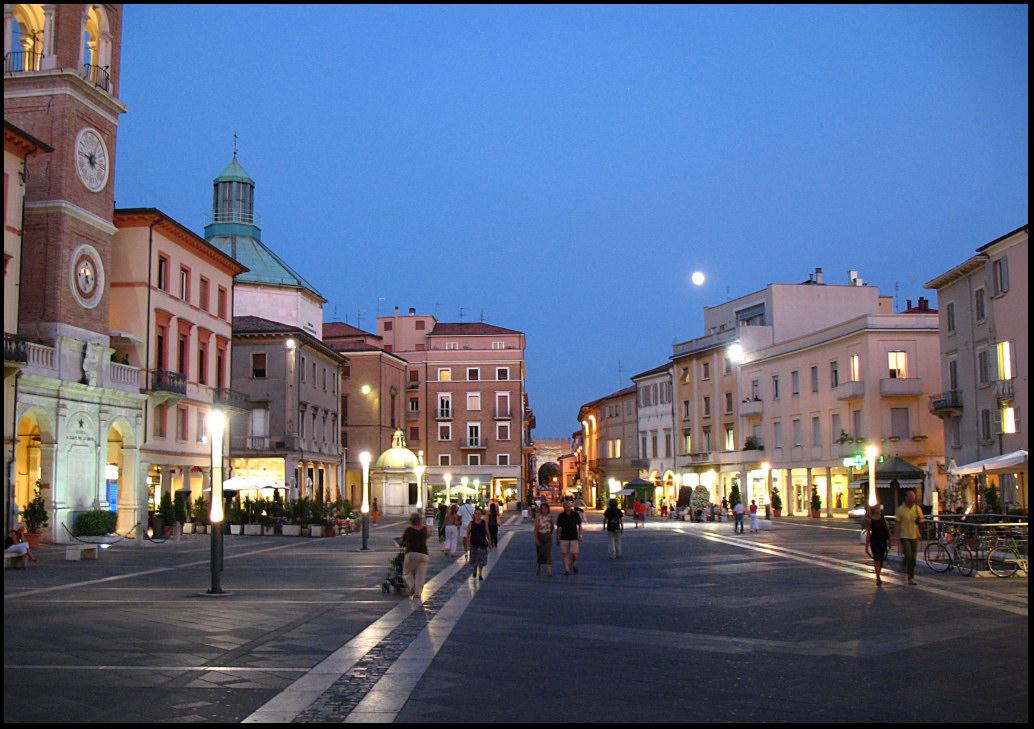 Rimini, Piazza 3 Martiri, passeggio serale