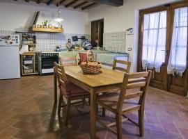 La locanda di via della Ralla, la grande cucina con mobili antichi