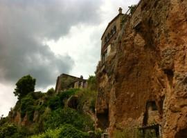 Una parte del borgo di Civita che sta crollando