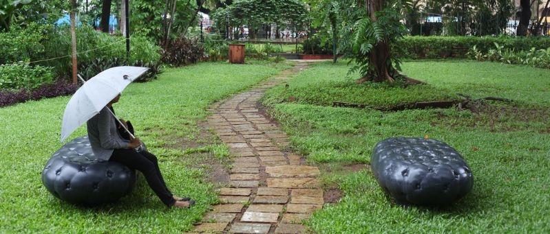 panchina intelligente che trattiene l'acqua della pioggia e la rilascia quando c'è caldo