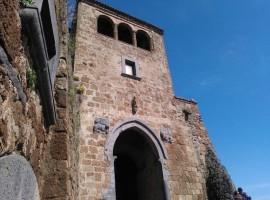 La porta di ingresso al borgo di Civita, Porta S. Maria