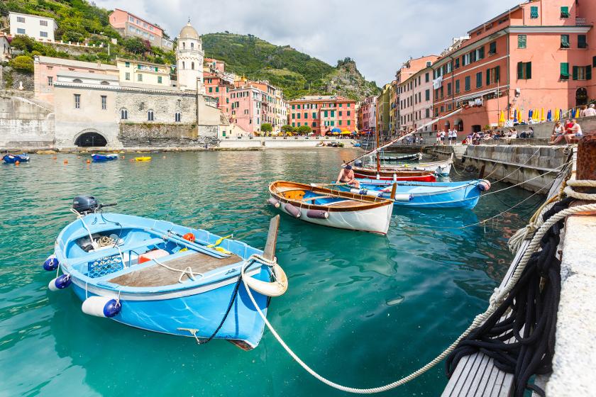 Il porticciolo di Vernazza, colori incredibili e una torre orientaleggiante, Cinque Terre