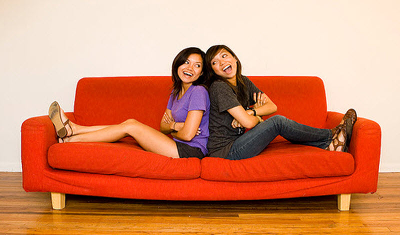 Due ragazze su un sofà