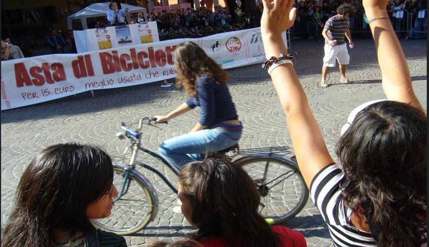 Una ragazza su una bicicletta a Bologna