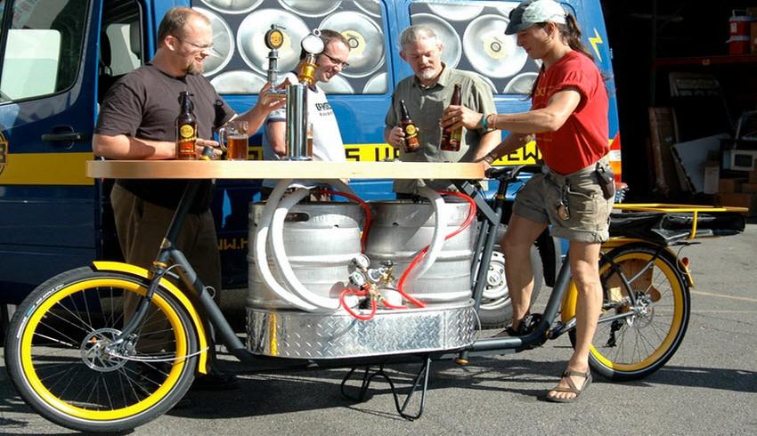 Una bici con tavolo da bar e distributore birra