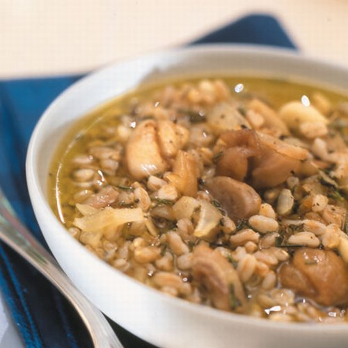 Zuppa di orzo, funghi e castagne