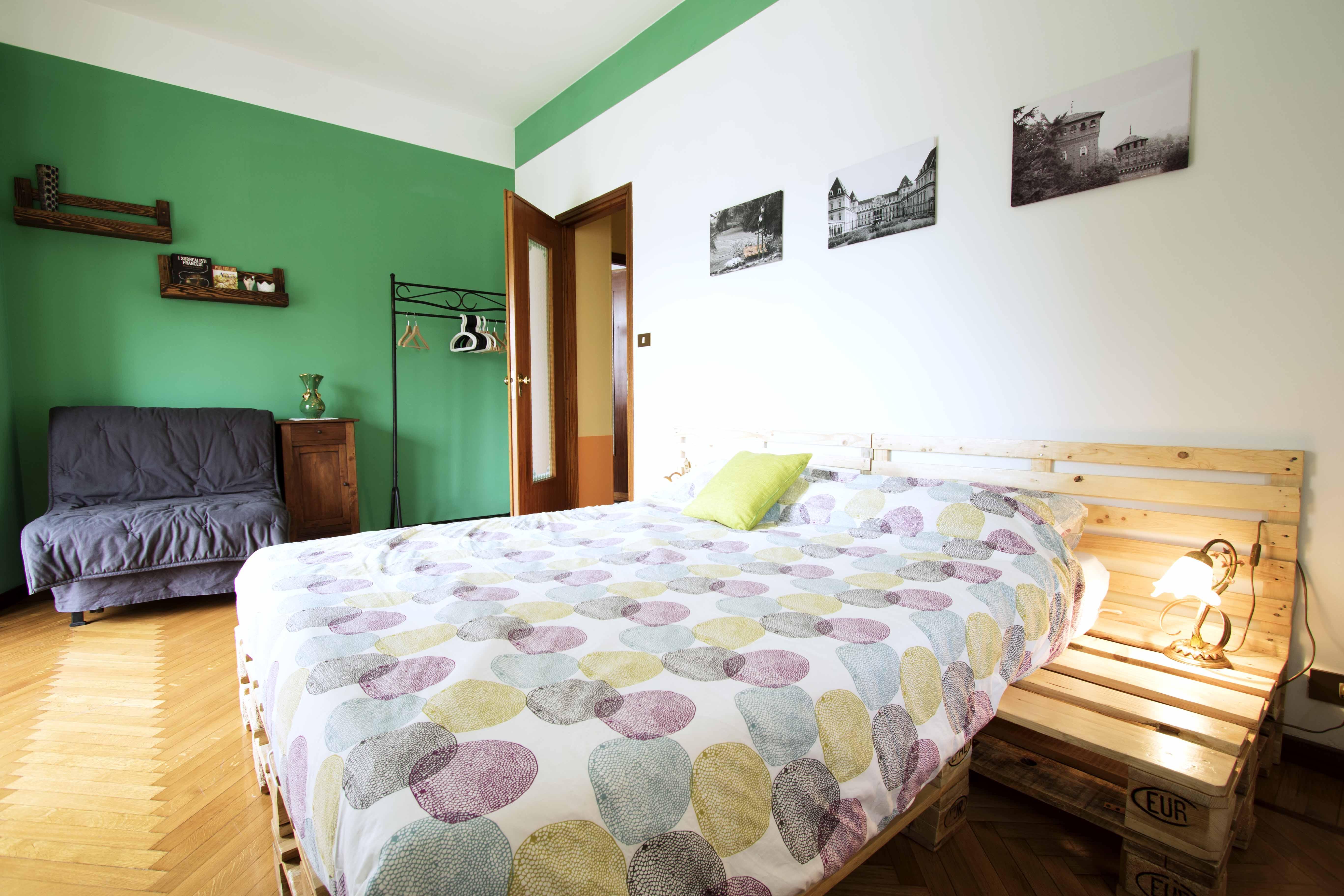 Dettaglio del comodino costruito con pallets, bed & breakfast ecosostenibile Ven Sì, Torino