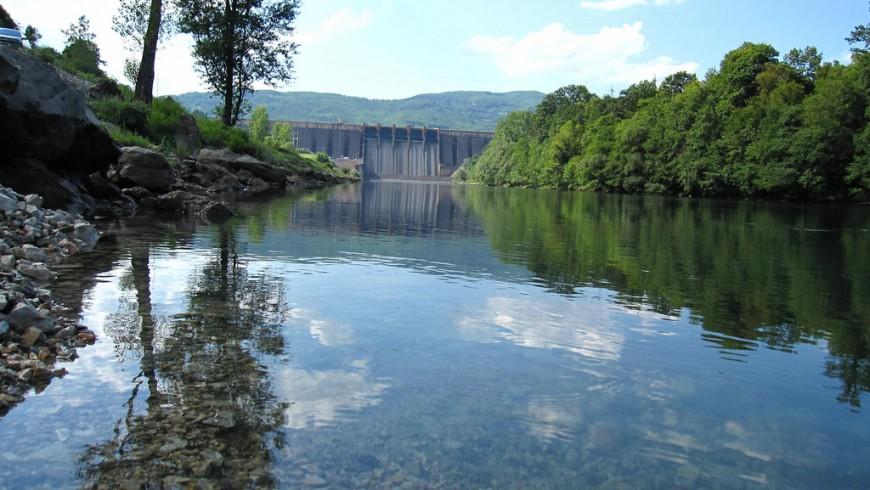 la sponda del lago, spiaggia, boschi, la diga artificiale