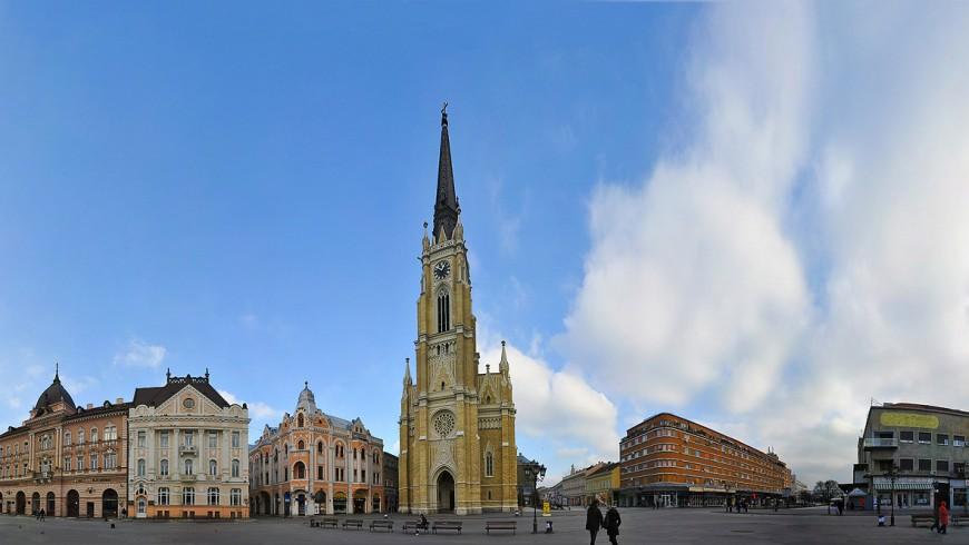 panoramica degli edifici che circondano la piazza: chiesa con campanile ed altre eleganti facciate