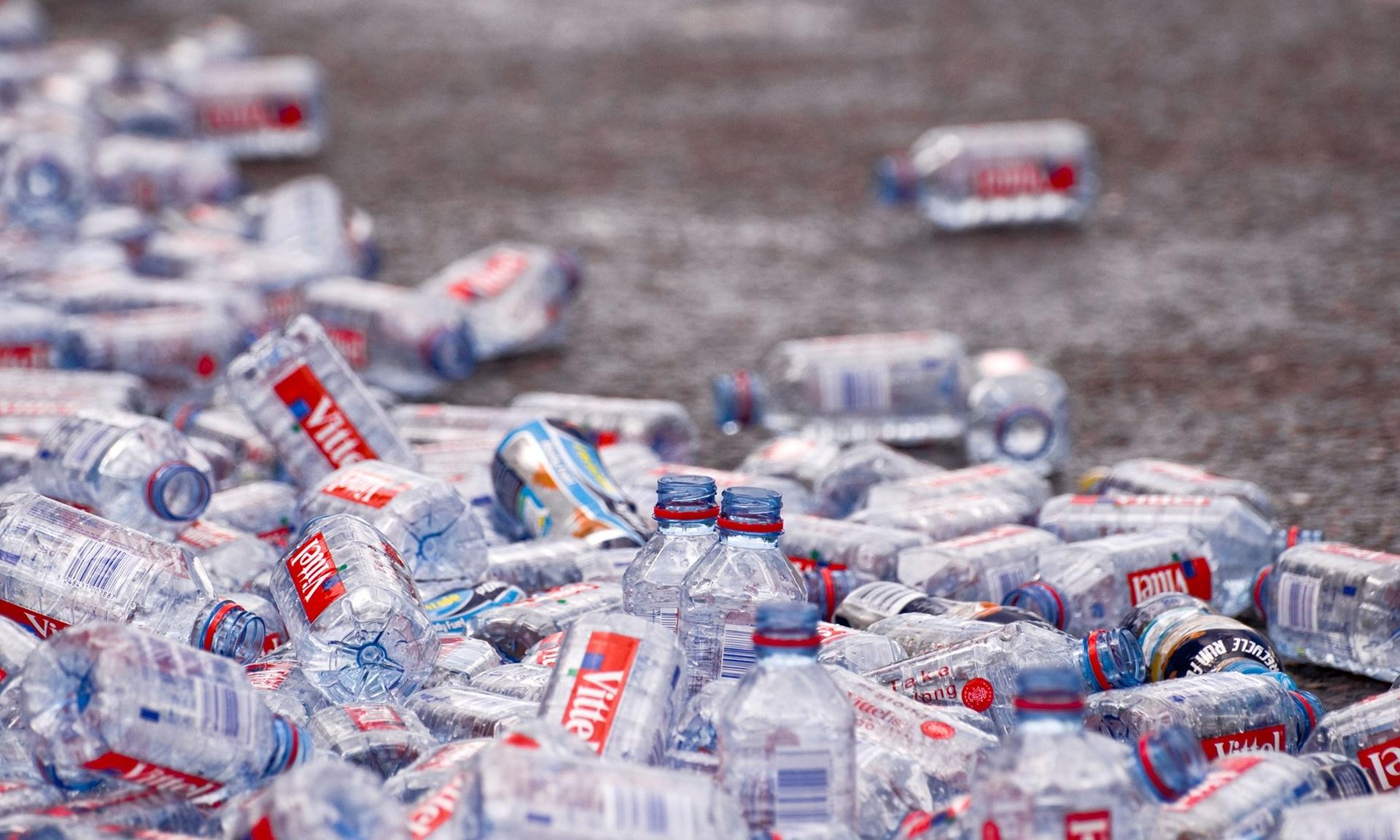 Bottiglie di plastica abbandonate a terra dopo la Maratona di Londra