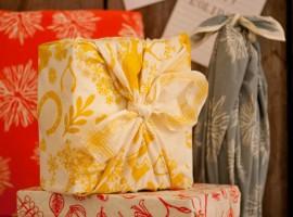 pacchetto regalo con un foulard, l'arte giapponese del furoshiki