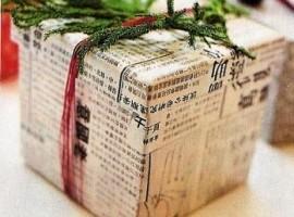 pacco regalo con giornale