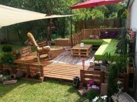 Patio con mobili da giardino in pallet