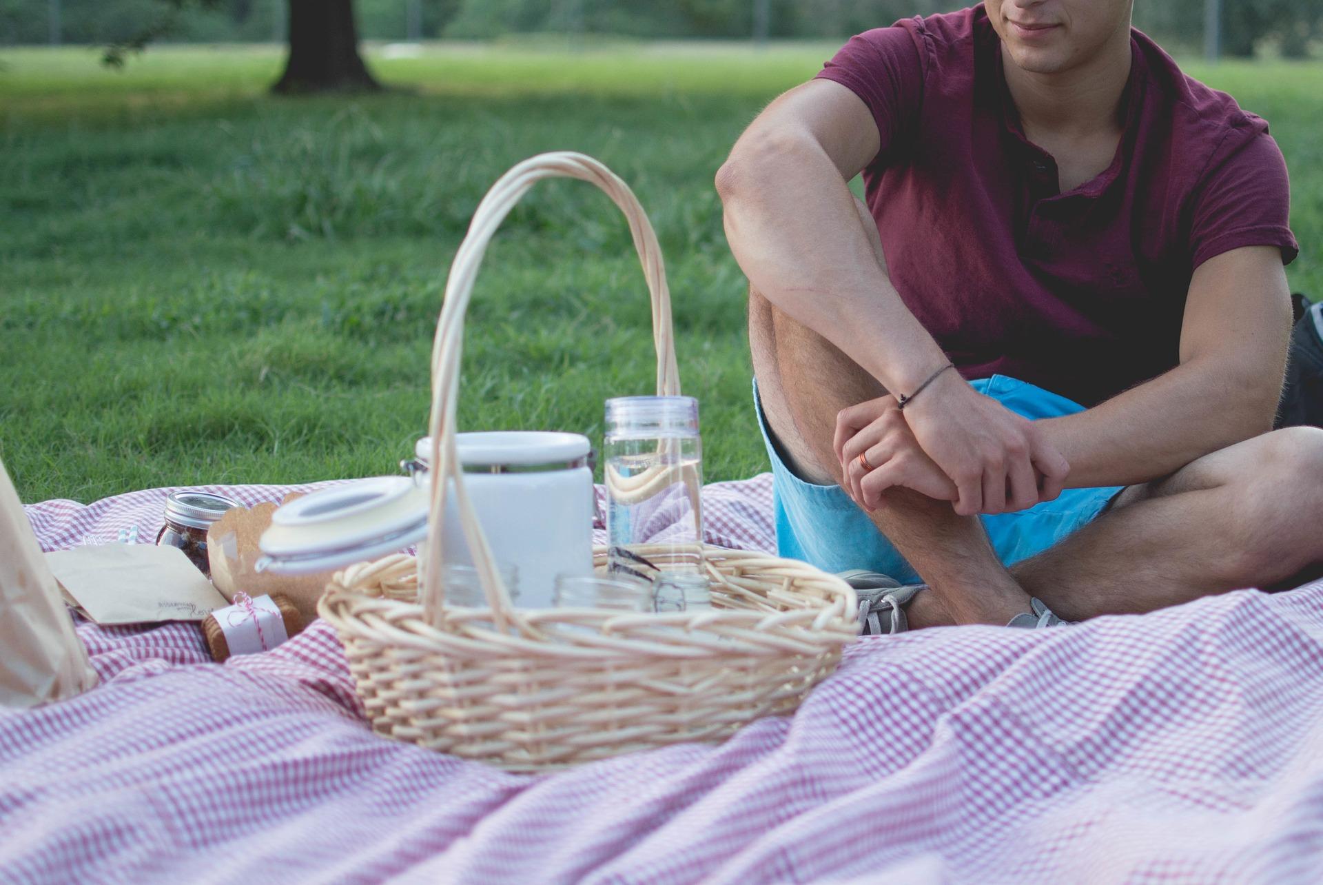 picnic con contenitori riutilizzabili per ridurre i rifiuti in vacanza