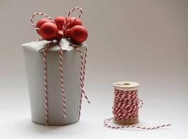 pacchetto regalo fatto con bicchiere di carta