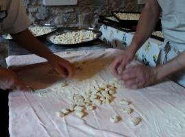 I volontari preparano gli gnocchi all'Ecovillaggio Torri Speriore