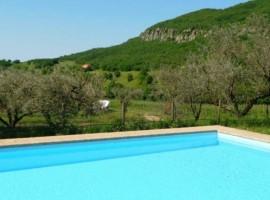La piscina dell'agriturismo Il Rovero, vicino al Lago di Garda