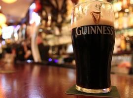 Una pinta di Guinness in un pub dell'Irlanda