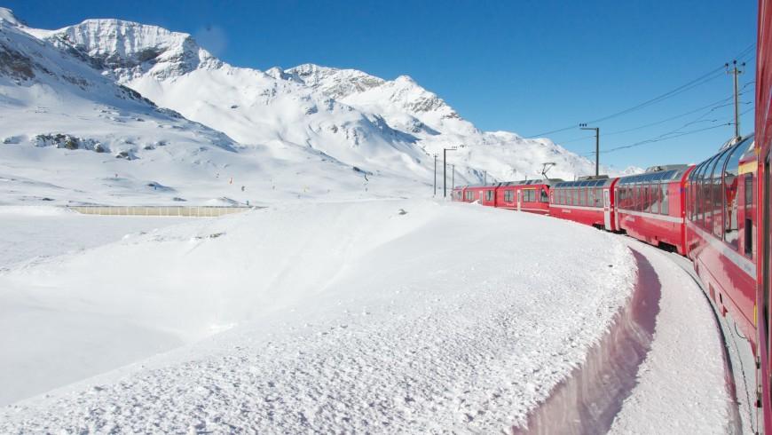 Il trenino rosso del Bernina è uno dei viaggi in treno da fare almeno una volta nella vita
