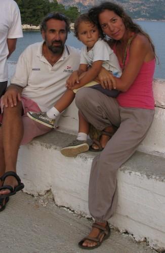 Marta e Luca, i proprietari dell'agriturismo Lakazeza in Grecia, con il piccolo Alessandro