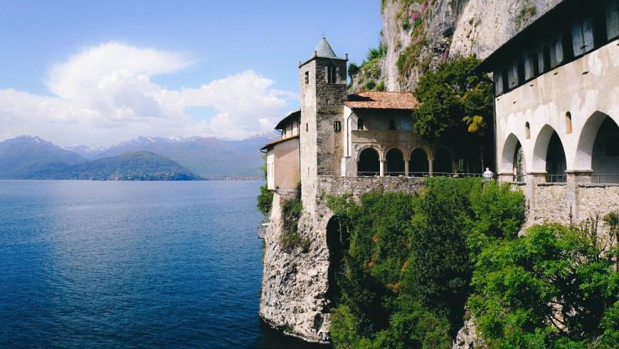 'Eremo di Santa Caterina del Sasso che si affaccia sul Lago Maggiore