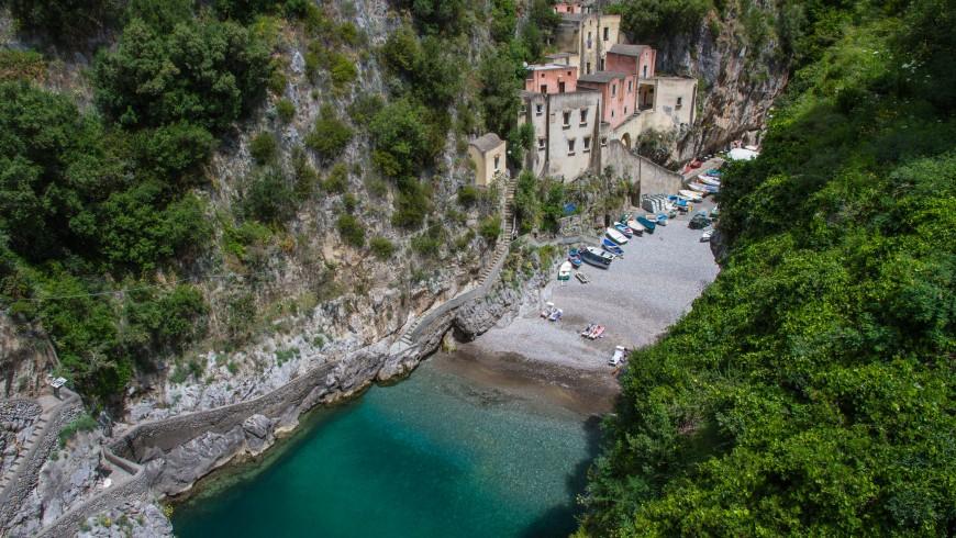 La bellissima caletta di Furore, dove si arriva solo a piedi, Salerno, Italia