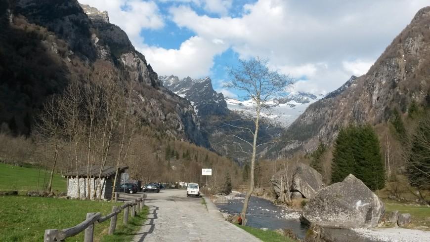 all'imboccatura della valle: le montagne e il torrente