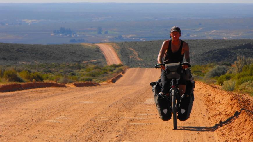 La storia del medico Steve Fabes: 6 continenti e una bicicletta per curare i bisognosi