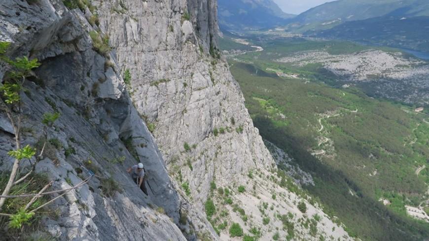 pareti verticali e sullo sfondo la valle