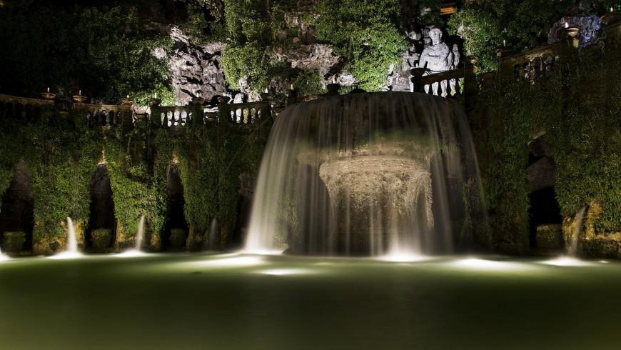I meravigliosi giardini di Villa d'Este di sera