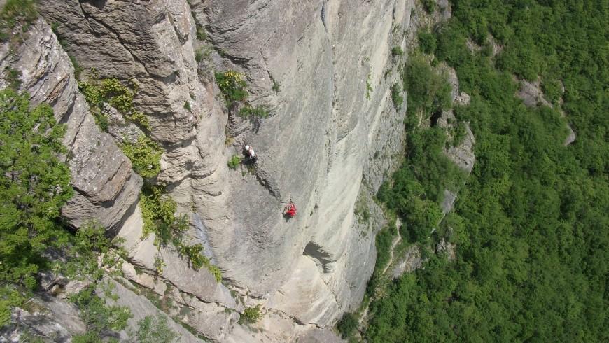due scalatori su una via sulle pareti della pietra
