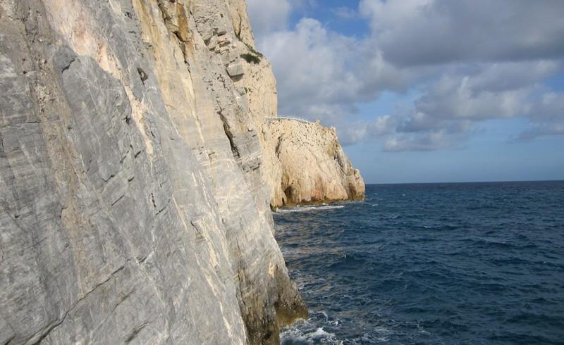 pareti di roccia a picco sul mare