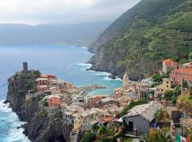 Un'escursione nelle Cinque Terre per camminare guardando il mare