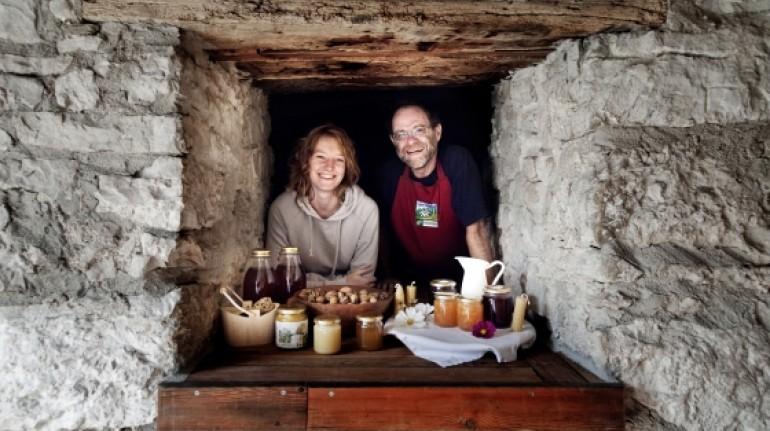 Alice e il padre nella Malga Riondera, un progetto che porta avanti un'agricoltura biologica e un'ospitalità sostenibile