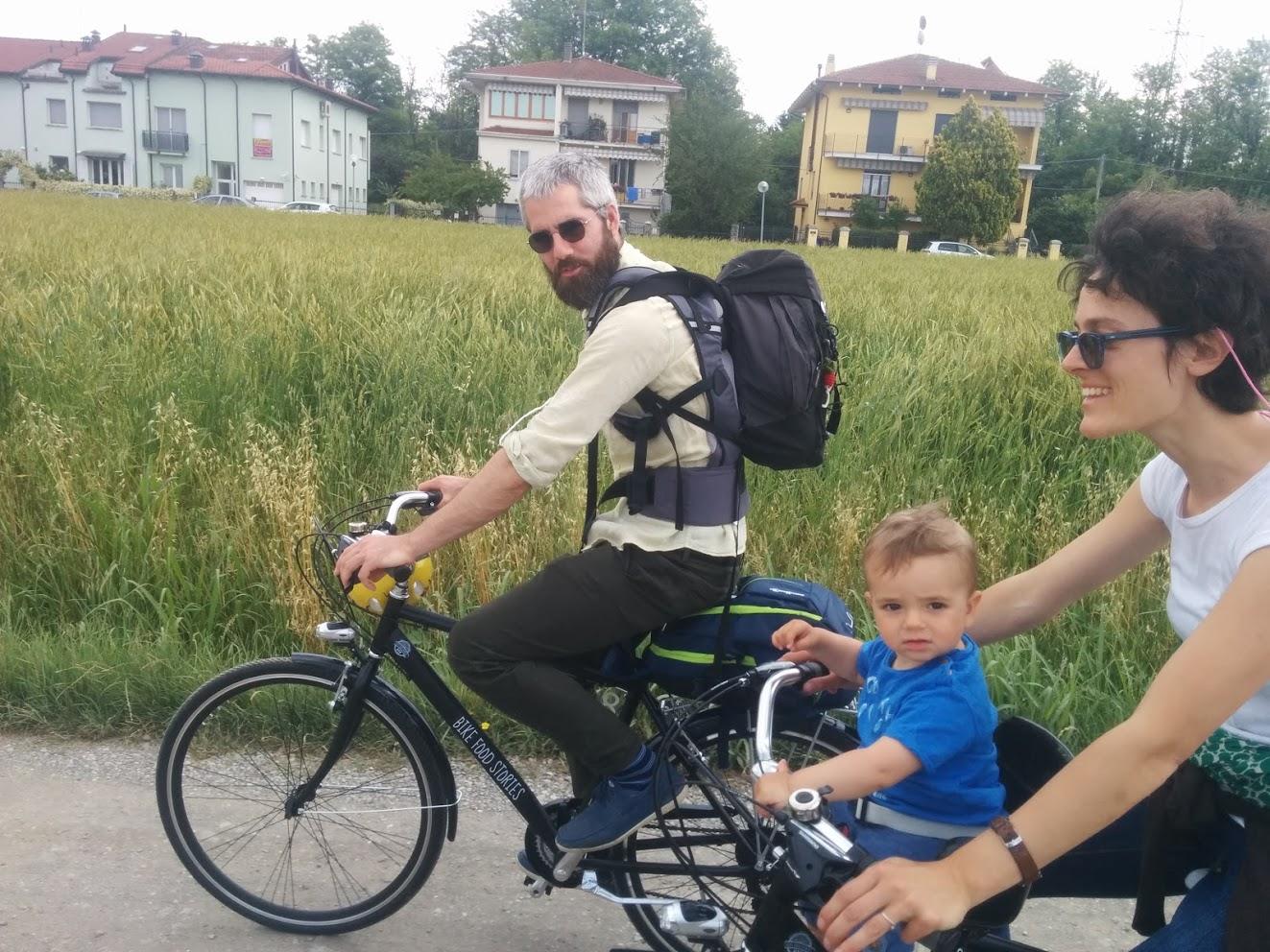 Roberto, Maddalena e Sebastiano durante il loro giro in bici accompagnati da Davide