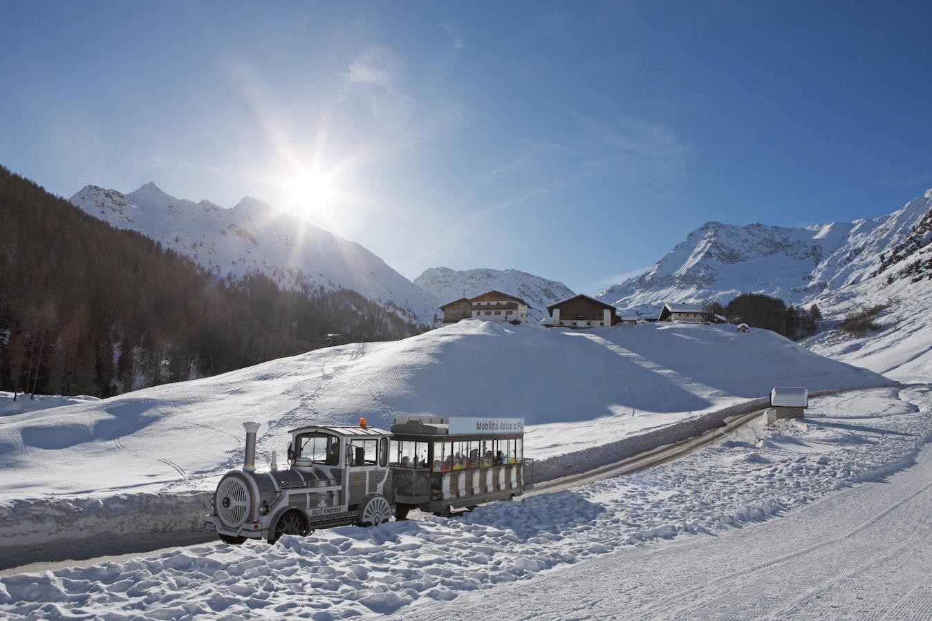 Mobilità dolce a Plan, Val Passiria (Alto Adige) durante l'inverno: trenino Dorfexpress sulla neve