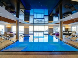 piscina con vista montagne all'Hotel Pfeldererhof, Val Passiria