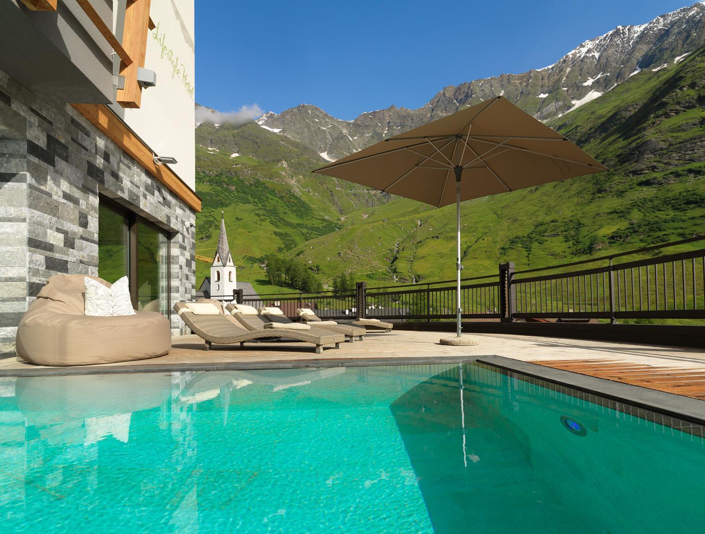 Hotel Pfeldererhof, la piscina con vista sulle montagne
